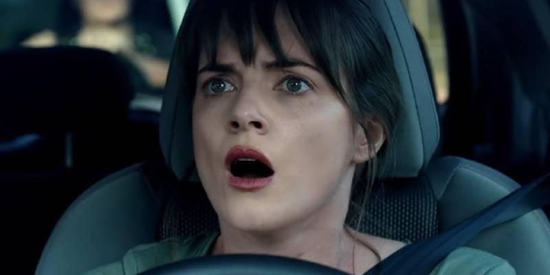 Фильм, где девушку увидела похищенную женщину в фургоне и решила помочь.